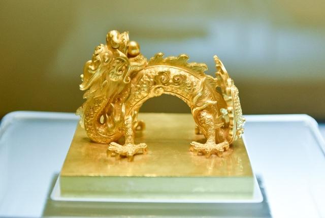 Ấn Quốc gia bảo tín bằng vàng, niên hiệu Gia Long (1802 – 1919). Ấn được dùng trong các văn kiện triệu tập tướng lĩnh, phát động binh sĩ, trưng binh nhập ngũ và các văn kiện hành chính quan trọng.