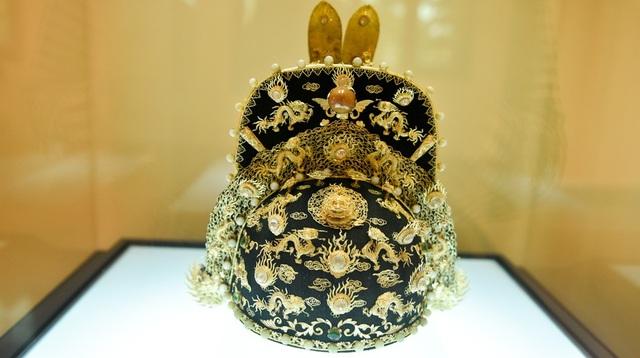 Mũ thượng triều - Triều Nguyễn (1802 – 1945). Mũ được nhà vua sử dụng mỗi khi thiết triều, giải quyết các vấn đề lớn của quốc gia, thực hiện các nghi lễ khánh tiết của Nhà nước hoặc yết kiến sứ giả các nước bang giao, thực hiện các nghi lễ tôn miếu.