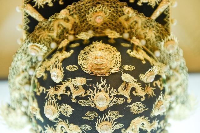 Mặt trước và sau mũ Thượng triều được làm bằng vàng, đá quý, san hô, kim sa.
