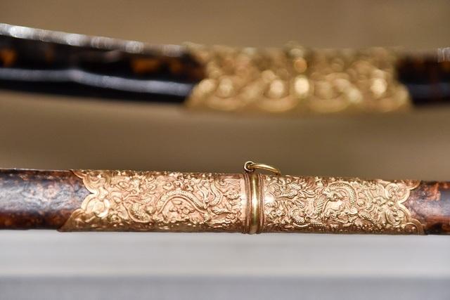 Phần thân kiếm được bọc vàng, với hình rồng chạm khắc tinh xảo.