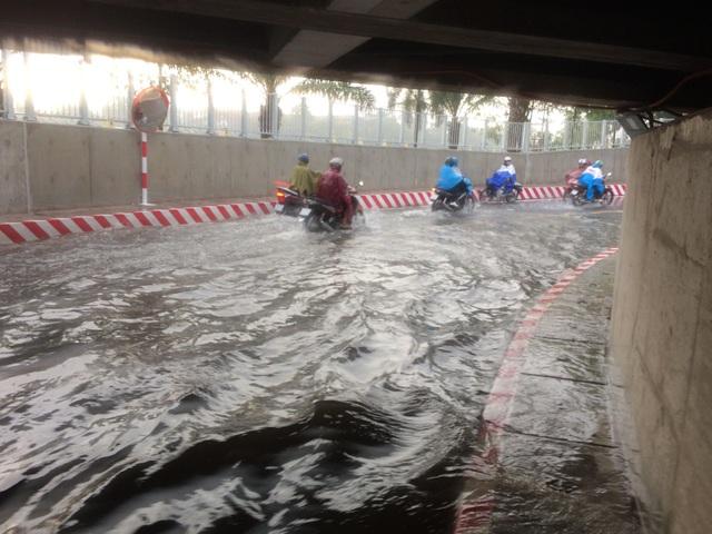 Hầm chui vừa thông xe đã ngập nước nghiêm trọng - 4