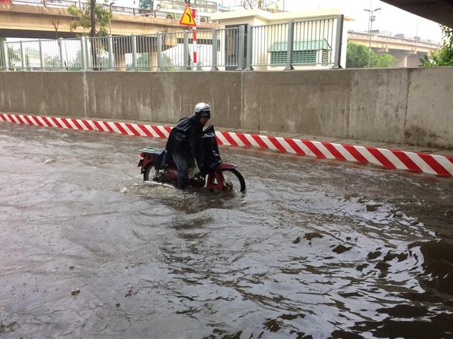 Hầm chui vừa thông xe đã ngập nước nghiêm trọng - 6
