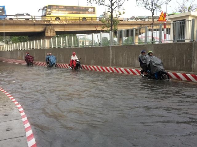 Hầm chui vừa thông xe đã ngập nước nghiêm trọng - 1