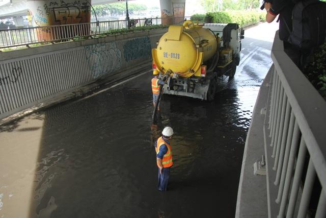 Công ty thoát nước điều xe bơm đến hút nước tại hầm chui cầu Khánh Hội