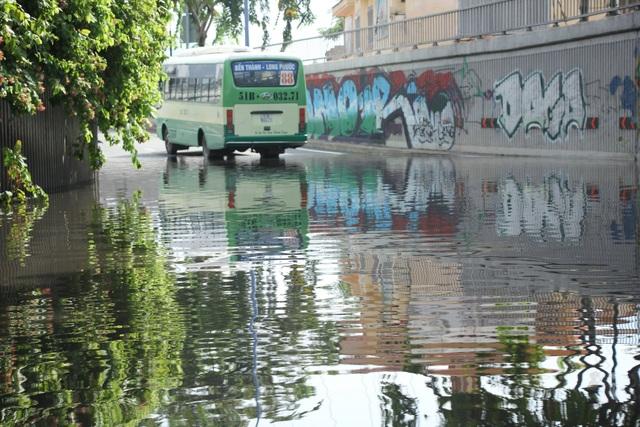 Chiếc xe buýt bị chết máy khi di chuyển qua hầm chui dưới dạ cầu Khánh Hội