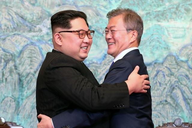Nhà lãnh đạo Triều Tiên Kim Jong-un (trái) và Tổng thống Hàn Quốc Moon Jae-in (Ảnh: Reuters)