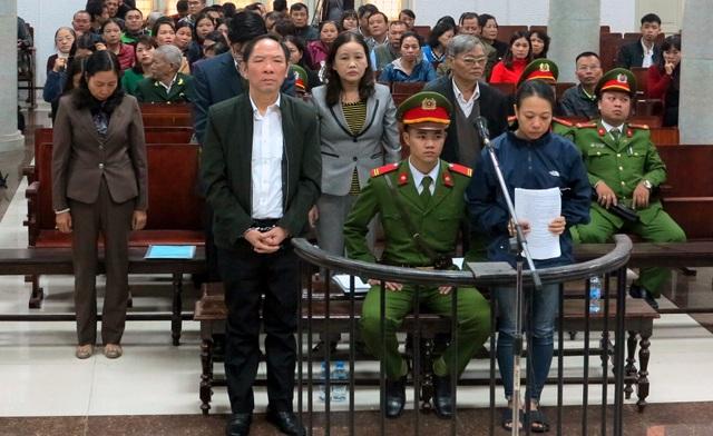 Cựu Phó Giám đốc Sở NN&PTNT Hà Nội Phan Minh Nguyệt (áo vest nâu, bìa trái) tại phiên xử sơ thẩm lần 1 ngày 6/12/2017.