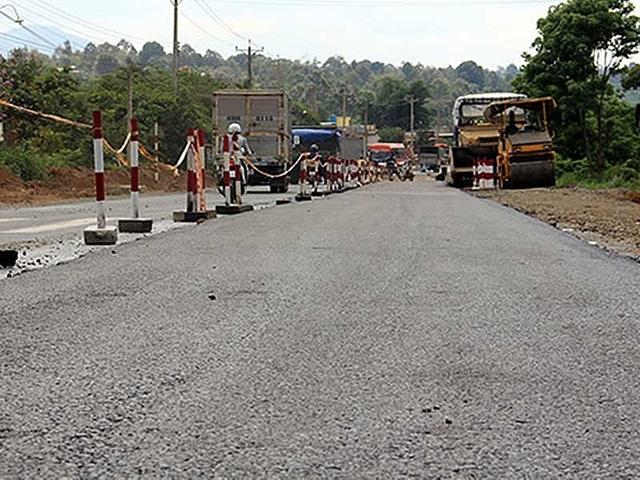 Quá trình thi công dự án cải tạo quốc lộ 20. Ảnh: PN