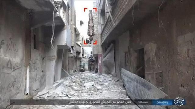Nạn nhân bị bọc trong thuốc nổ và thả từ trên tòa nhà xuống đất, rồi nổ tung. Ảnh: cắt từ clip của Wilayat Dimashq