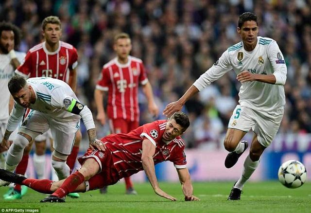 Tình huống tranh cãi ở cuối hiệp 1, Lewandowski bị Ramos phạm lỗi, nhưng trọng tài không cho Bayern được hưởng quả phạt đền