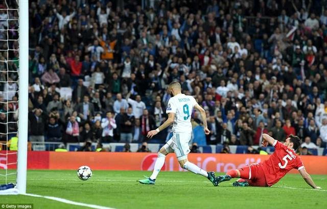 Benzema dễ dàng đệm lòng vào lưới trống trong sự bất lực của Hummels