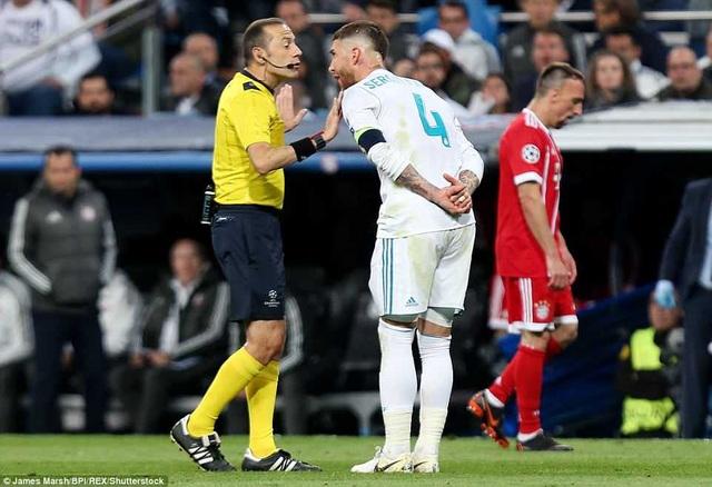 Ramos trong tình huống tranh cãi với trọng tài Cuneyt Cakir