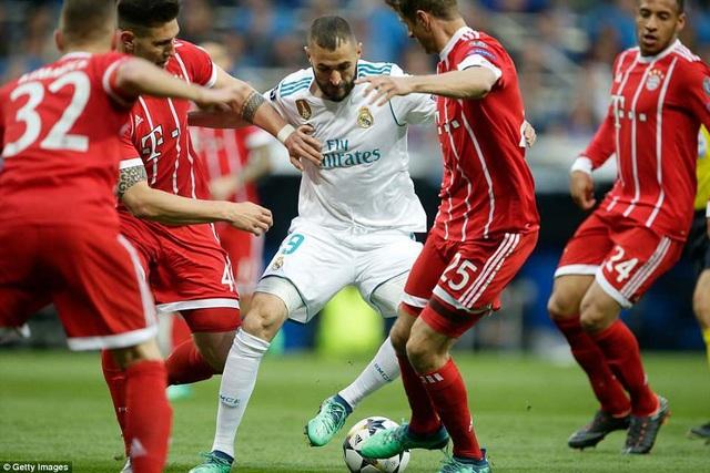 Benzema trong vòng vây 4 hậu vệ Bayern Munich