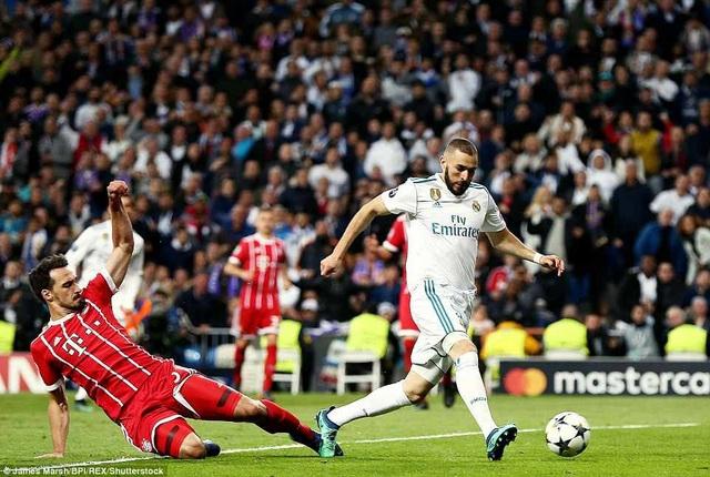 Benzema trong lần hiếm hoi được đá chính đã tỏa sáng với cú đúp vào lưới Bayern Munich