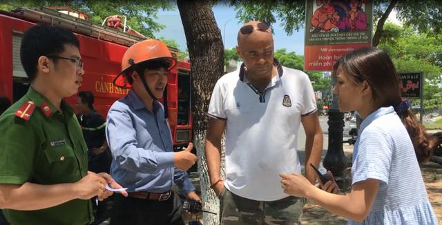 Jean Christophe - một trong hai công dân nước ngài đã tham gia cứu hai cháu bé thoát khỏi ngôi nhà bị cháy trình bày vụ việc với lực lượng chức năng tại hiện trường với sự hỗ trợ ngôn ngữ của phiên dịch viên (ảnh: Phòng Cảnh sát PCCC)
