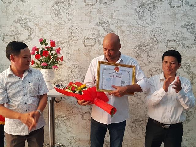 Quận ủy, UBND quận Liên Chiểu trao giấy khen và tặng thưởng đến Jean Christophe (quốc tịch Pháp) - đại diện cho hai công dân nước ngoài dũng cảm cứu hai cháu bé người địa phương thoát khỏi hỏa hoạn