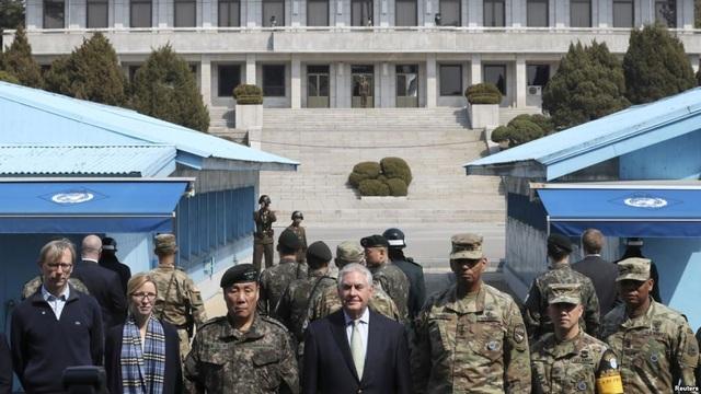 Tướng Vincent K. Brooks (thứ ba từ phải qua) đứng cạnh cựu Ngoại trưởng Mỹ Rex Tillerson tại khu phi quân sự liên Triều chia tách biên giới Hàn - Triều (Ảnh: Reuters)