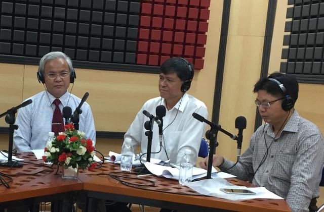 TS giáo dục học Võ Văn Nam (bìa trái) trong buổi đối thoại