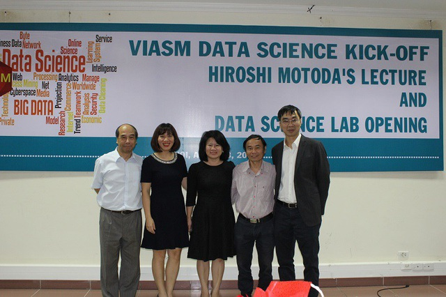 GS Hồ Tú Bảo (ngoài cùng bên trái) chụp ảnh lưu niệm cùng với Lãnh đạo của Viện Nghiên cứu cao cấp về Toán và Đại diện Hanel, Vietnam Airlines trong lễ ra mắt Phòng thí nghiệm Khoa học Dữ liệu.
