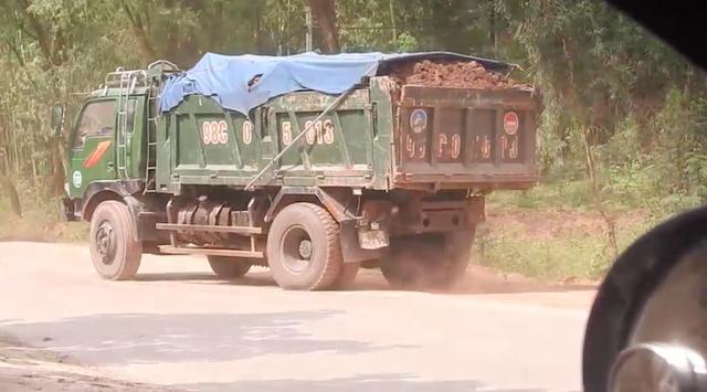 Bắc Giang: Đoàn xe cơi nới thùng rầm rập chạy qua mặt cảnh sát giao thông? - 4