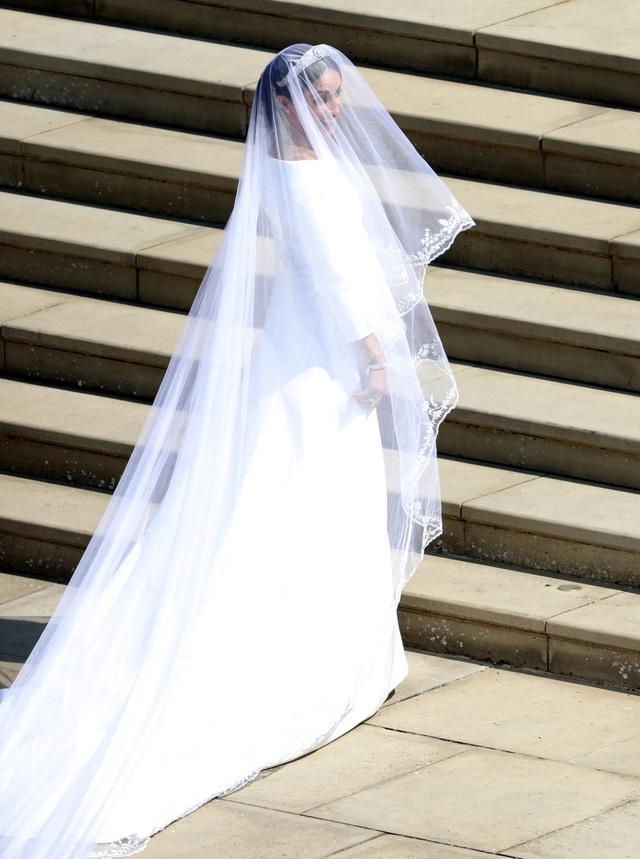 Đó là một chiếc váy thiết kế đơn giản song khá tinh tế với đuôi váy dài và chiếc voan dài 5m với họa tiết hoa đặc trưng của 53 quốc gia trong Khối thịnh vượng chung Anh.