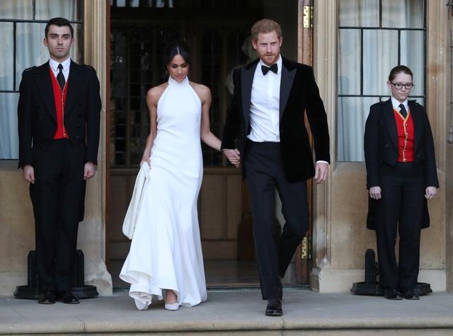 Nếu chiếc váy đầu tiên được nhận xét là khá giản dị và truyền thống, bộ váy cưới thứ hai của Meghan được cho là hiện đại hơn. (Ảnh: Reuters)
