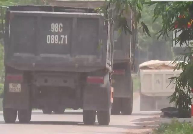 Bắc Giang: Đoàn xe cơi nới thùng rầm rập chạy qua mặt cảnh sát giao thông? - 1