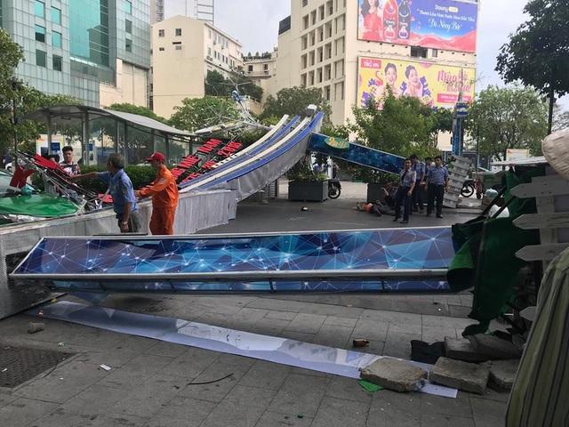 Sau cơn gió mạnh, trụ đèn cổng chào ở phố đi bộ Nguyễn Huệ đã đổ sập đè trúng một người đi đường khiến nạn nhân bị thương tích, bất tỉnh. (Ảnh: Trương Nhân)