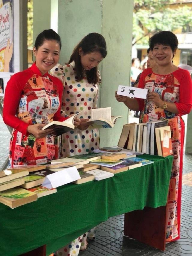 """Các cô giáo mặc áo dài in hình tác phẩm văn học """"sốt"""" trên mạng - 5"""