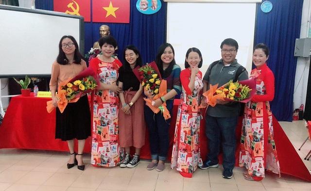 Hình ảnh về tổ giáo viên dạy Văn diện áo dài in hình các môn học
