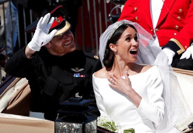 Để ca ngợi sự giản dị của váy cưới dành cho cô dâu Meghan, New York Times bình luận: Đó là chiếc váy cưới được làm cho một người bình thường, không phải công chúa. (Ảnh: Reuters)