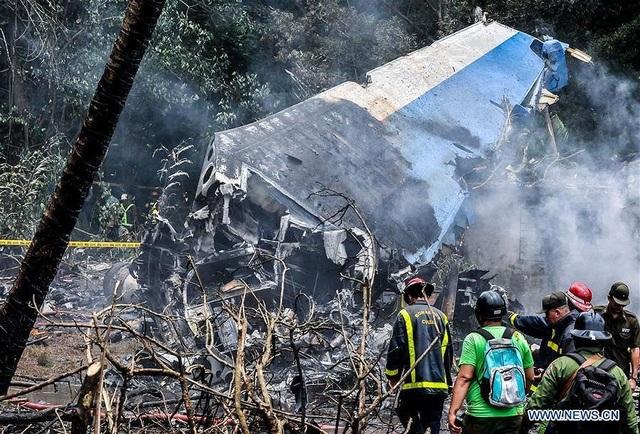 Chiếc máy bay bị phá hủy gần như hoàn toàn sau khi rơi xuống và phát nổ. (Ảnh: China News)