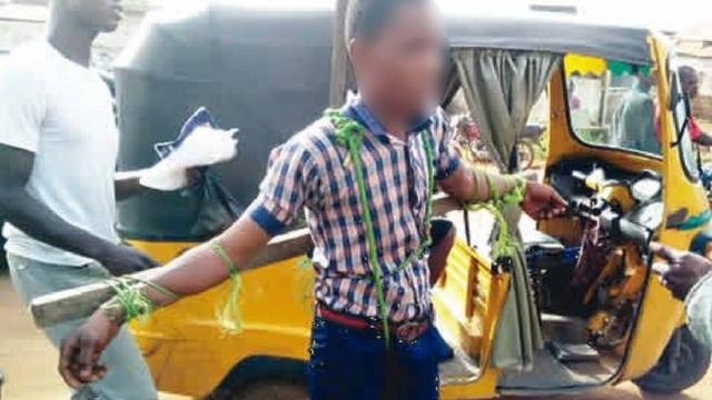 Phát ngôn viên cảnh sát chứng kiến vụ việc trên đường phố Nigeria mô tả hình phạt này là hành động man rợ (Ảnh: Punch).
