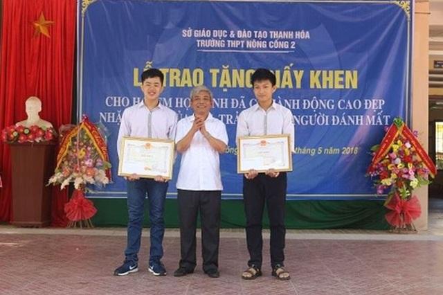 Khen thưởng 2 học sinh có hành động đẹp.