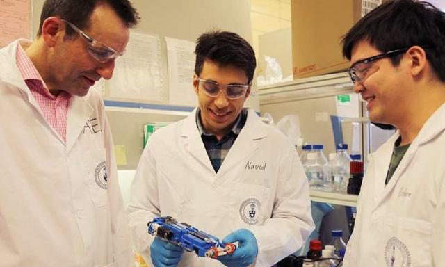 Từ trái sang phải, Phó Giáo sư Axel Guenther, Navid Hakimi và Richard Cheng đã tạo ra máy in da đầu tiên tạo thành các mô tại chỗ để ứng dụng cho các vết thương.
