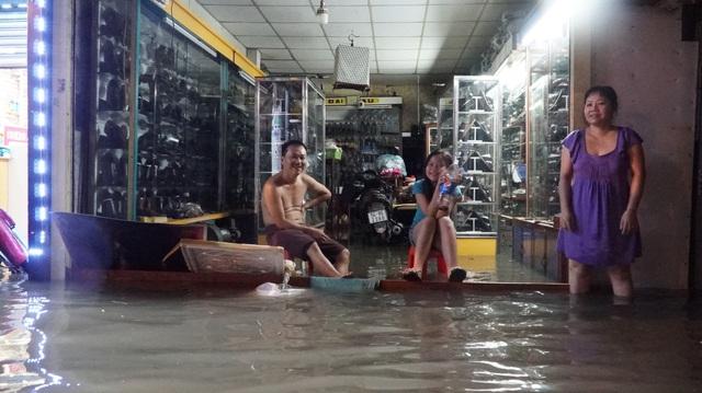Tại đường Phan Huy Ích (Gò Vấp) nước ngập lênh láng kéo dài. Nhiều hộ dân bị nước tràn vào nhà
