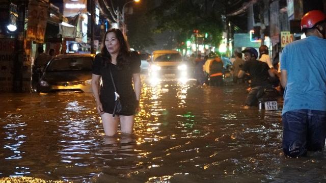 Một phụ nữ ngán ngẫm đi bộ qua đường này
