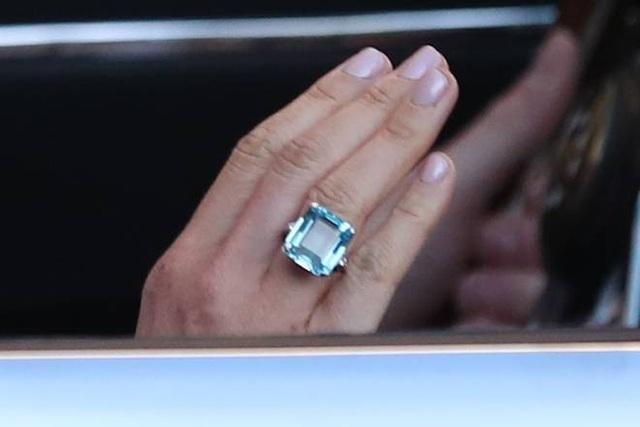 Cận cảnh chiếc nhẫn cô dâu Meghan mang trong tiệc cưới. (Ảnh: PA)