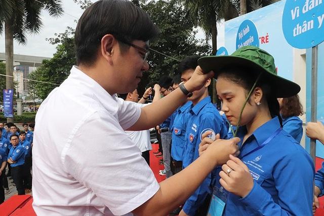 Bí thư Thành đoàn Hà Nội Nguyễn Văn Thắng đội chiếc mũ xanh tình nguyện cho các bạn thanh niên.