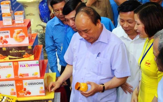 Trước lúc diễn ra buổi đối thoại với CNLĐ Thủ tướng đã dành thời gian thăm các gian hàng trưng bày sản phẩm trong triển lãm, nghe giới thiệu về sản phẩm, trò chuyện và khích lệ tinh thần lao động sáng tạo của chủ nhân các sản phẩm tiêu biểu.