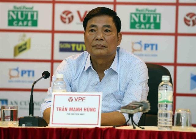 Hình ảnh của bóng đá Việt Nam đang bị ảnh hưởng nghiêm trọng sau vụ sếp phó VPF đòi xử phó Ban trọng tài
