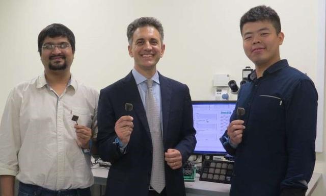 BATLESS, một vi mạch thông minh được phát triển bởi một nhóm các nhà nghiên cứu dẫn đầu bởi Phó Giáo sư Massimo Alioto (người đứng giữa) từ Khoa Kỹ thuật của Đại học Quốc gia Singapore, có thể tự khởi động và tiếp tục hoạt động ngay cả khi hết pin.