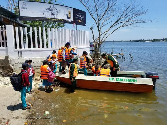 Các em học sinh đi ca nô của biên phòng đến trường do chiếc phà hàng ngày đưa các em đi bị hỏng