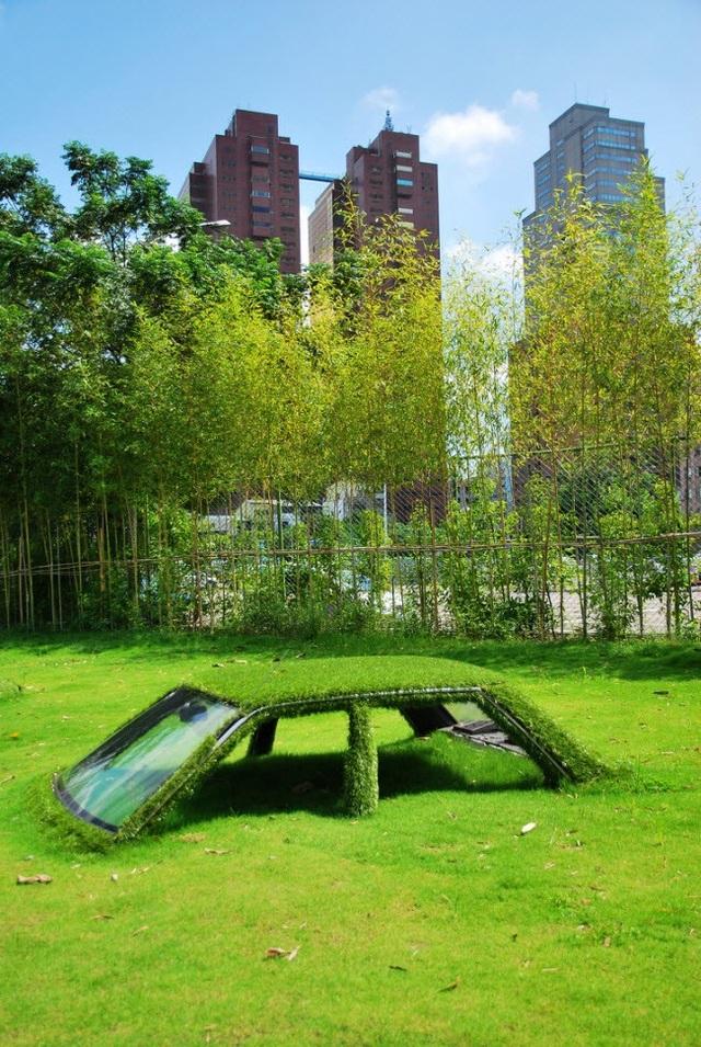 Chiếc ô tô này ở Đài Loan bị cỏ xanh bao phủ hoàn toàn.