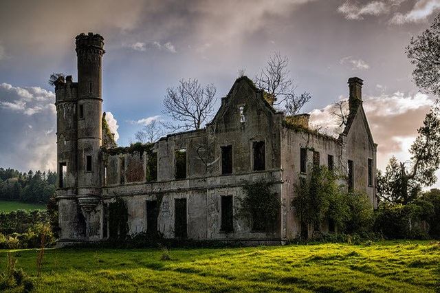 Lâu đài bỏ hoang gần Kilgarvan, Ireland, là bằng chứng rõ ràng cho thấy sức mạnh ghê gớm của thiên nhiên.