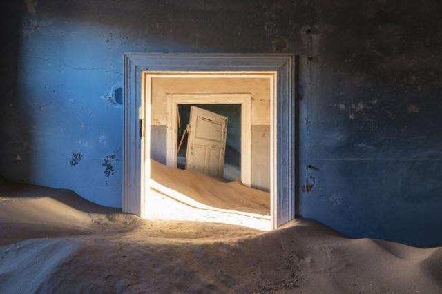 Khu mỏ kim cương ở Kolmanskop, Namibia, bị bỏ hoang vào những năm 1950 và sa mạc dần xâm lấn những công trình còn sót lại.