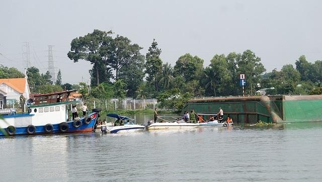 Hiện trường vụ sà lan nghìn tấn lật úp trên sông Đồng Nai khiến 3 người thiệt mạng.