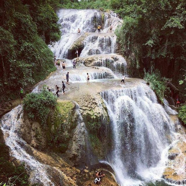 Cách Hà Nội chừng 130km, thác Mu thuộc xóm Mu, xã Tự Do, huyện Lạc Sơn, tỉnh Hòa Bình đang được xem là địa điểm du lịch lý tưởng, hấp dẫn thu hút nhiều khách tham quan, du lịch.