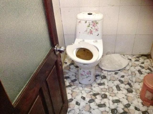 Hình ảnh thực tế trong nhà WC trên thuyền mà nhóm du khách người Australia gặp phải
