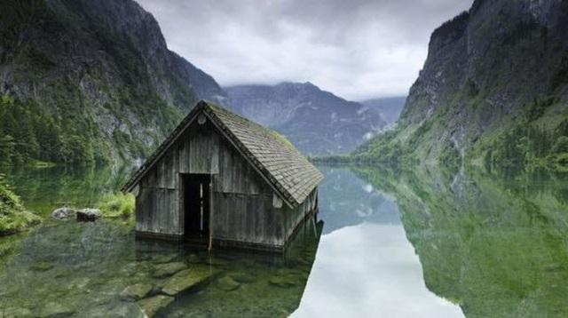 Ngôi nhà nhỏ nằm giữa hồ nước ở Đức.